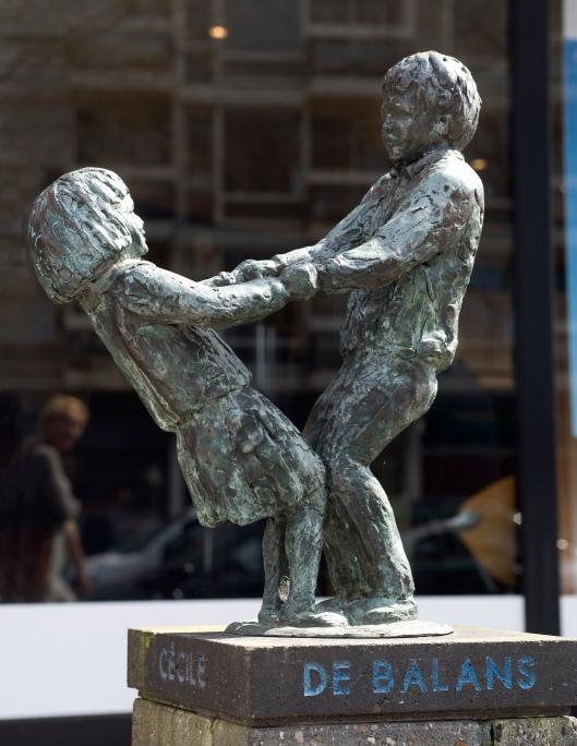 Sculptuur 'de Balans' van Ellen Wolff vóór de Heemsteedse Apotheek in Heemstede