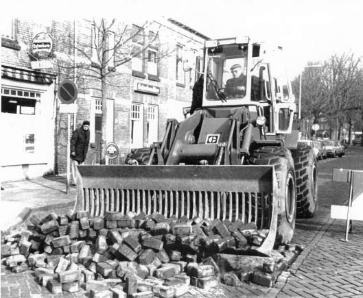 Reconstructie Binnenweg Heemstede. Aan het stuur wethouder S. Baar