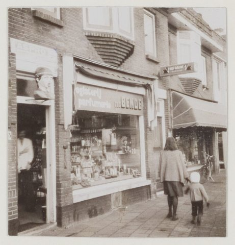 Binnenweg 143 Drogisterij-parfumerie. Foto uit 1975