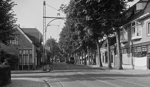 Rechts van de Binnenweg tegenover de Oosterlaan een dubbel winkelpand-woonhuis, gebouwd in 1925 naar een ontwerp uit 1924 van architect Jacques van Velzen