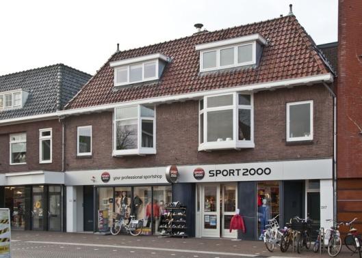 Binnenweg 201-205 met winkel Topsport 2000. Op nummer 207 woonde een aantal jaren met partner, de heer J.R.A. (Jaap) Nawijn, vanaf 1988 gemeenteraadslid voor de VVD, nadien burgemeester van Ouderkerk aan de Amstel, vervolgens van Heemskerk en tegenwoordig burgemeester van de gemeente Hollands Kroon.