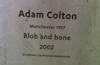 Het voor de sculptuur Van Adam Colton geplaatste bordje (foto Willem van den Berg)