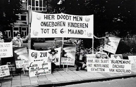 Demonstratie van de organisatie 'Recht zonder onderscheid' voor de Bloemenhovekliniek in Heemstede