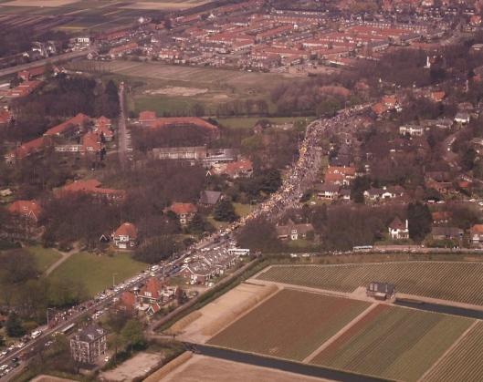 Bloemencorso passeert Bennebroek. Links de gebouwen van instelling de Geestgronden