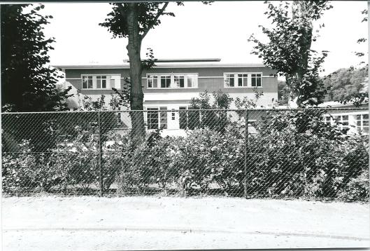 Na afbraak van het helaas niet op een monumentenlijst voorkomende Bloemenoord had afbraak plaats en is een nieuw woonhuis annex kantoorruimte gebouwd in opdracht van Van Vlijmen (foto 2002 door V.C.Klep)