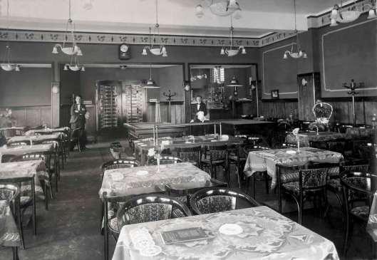 Interieur van Boekenrode met biljarttafel en bedienend personeel in 1929