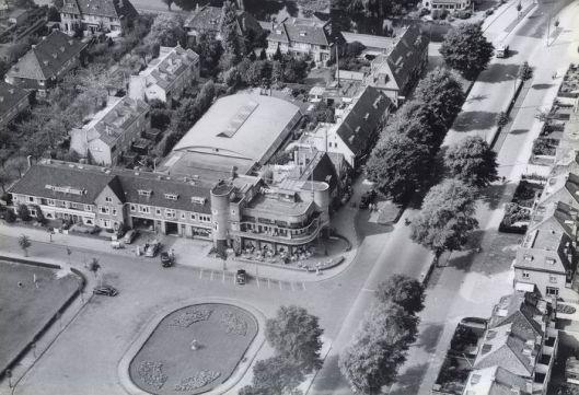 Luchtfoto uit 1952 van KLM-Aerocarto met de Aerdenhoutse kant van het in 1928 geopende station, dat evenals de grond tot de Houtvaart bij Heemstede behoort. Aan het Roemer Visscherplein is in 1928 door Hendrik Brouwer een fraai complex gebouwd met een hotel, garage en woningen