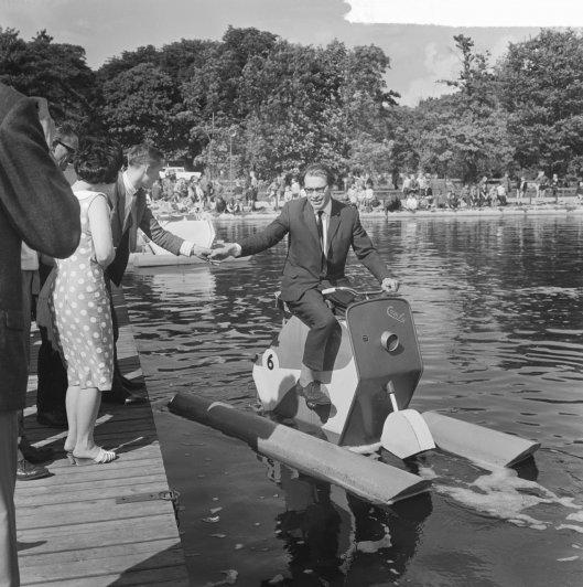 Godfried Bomans heeft in Linnaeushof een waterfietswedstrijd geopend en geeft een demonstratie, 9 juli 1964