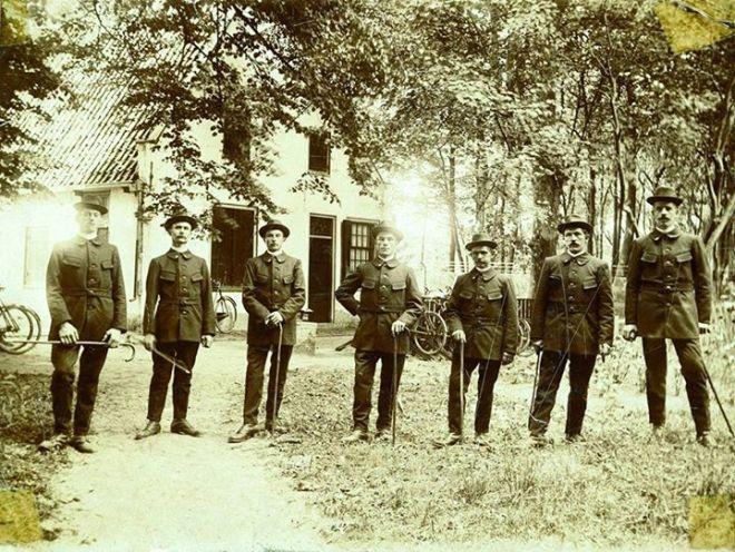 Nog een foto van de 7 boswachters van Groenendaal