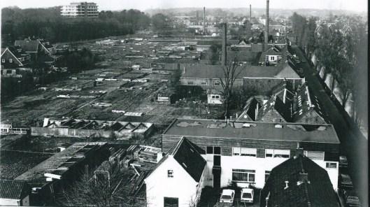 In 1975 telde men aan de Blekersvaart zes fabrieksschoorstenen. In 1982 toen Harm Botman deze foto vervaardigde nog vier.