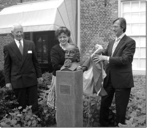 Adriaan Pauw onthuld. V.l.n.r. Gerard Brand en de burgemeesters  Marianne Heeremans en Han van Leeuwen