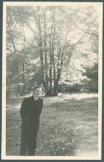Edward Brongersma wandelend in het bos van Groenendaal vlakbij zijn ouderlijk huis, 1939 (foto IISH)