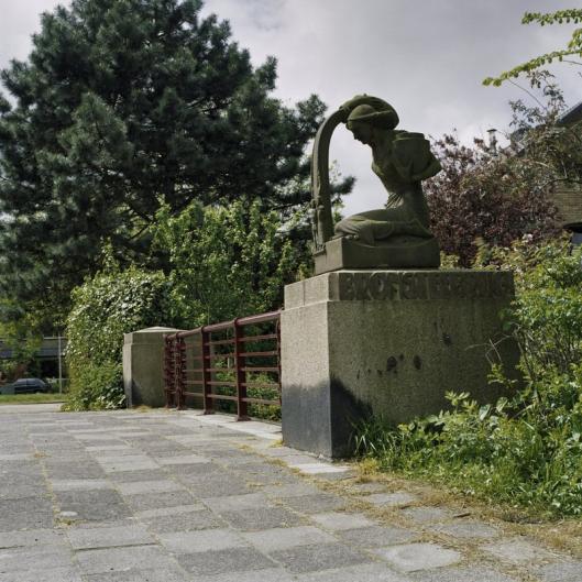 Bronsteebrug met sculptuur van H.A.van den Eijnde (foto A.J.van der Wal)