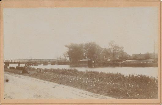 19e eeuwse rolbrug over de Ringvaart met brugwachtershuisje