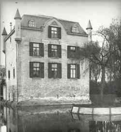 De Burcht in Heer (Maastricht) is sionds de 12 eeuw als kasteel bekend. Kanunnik Engelbertus van Heemstede huurde het huis ban kanunnik Johan Rethens en kanunnik Nicolaas van Dijk.