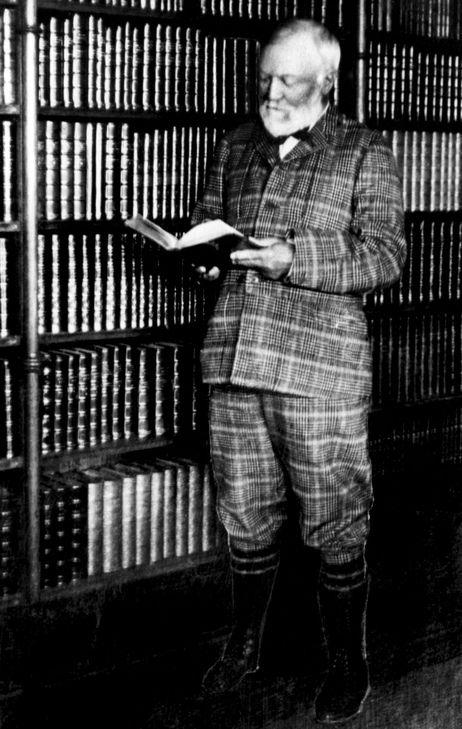 De Amerikaanse staalmagnaat en filantroop Andrew Carnegie ondersteunde meer dan 2.000 openbare bibliotheken bij de oprichting. Op deze foto staat hij in zijn privéboekerij.