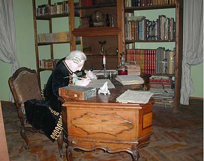 Model van Casanova aan zijn brureau, schrijvend aan zijn memoires. In 1785 aangested als bibliothecaris met als doel alle aanwezige boeken te catalogiseren kreeg hij van de kasteelheer Von Waldstein alle medewerking om zijn avontuurlijk leven op papier te zetten.