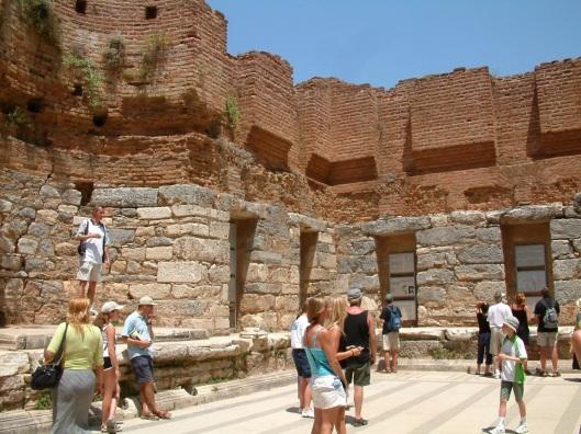 Binnen de voormalige bibliotheek van Celsus in Efese