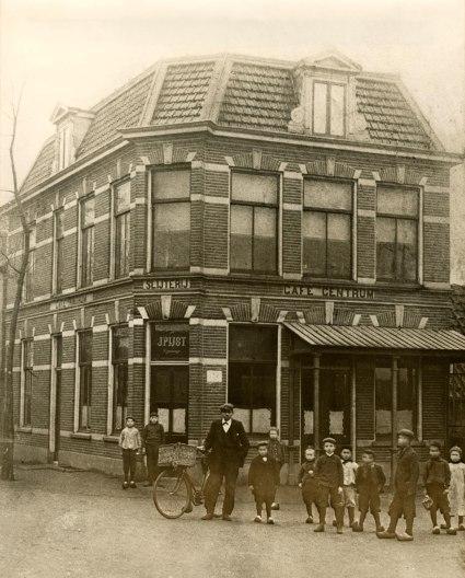 't Centrum/de Eerste Aanleg op een foto uit begin 1900. Voor informatie van dit café uit 1895 op dezelfde plaats waar al in 1838 een koffiehuis stond wordt verwezen naar mijn bijdrage op: winkelbestand Raadhuisstraat