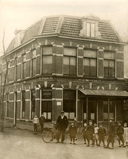 Café 't Centrum/de Eerste Aanleg van J.Pijst begin vorige eeuw