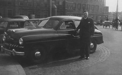 De heer Chris(toffel) van Vliet was oprichter en eerste directeur van Unicum. Zijn zwager, de man van Cogie van Vliet was de tweede directeur