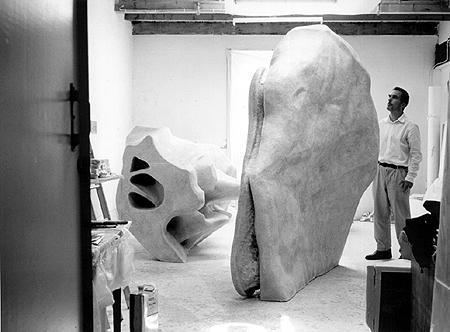 'Back to the Bone'/ Adam Colton is gefascineerd door botten. Deze foto is iin 2002 genomen in zijn atelier met een meer dan 100 x vergroot bot als kunstwerk