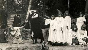 Scene uit openluchtspel 'Kain' van de Vlaamse schrijver Jozef Crets, opgevoerd in Groenendaal Heemstede (Het Leven 1917)