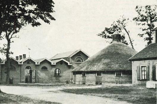 De op initiatief van Hendrik van Wickevoort Crommelin gebouwde Cruquius (model)boerderij. Links de hengstenstal en rechts de ronde Amerikaanse koestal.