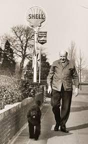 De toneelspeler Albert van Dalsum (1889-1974) verhuisde na zijn werkzaam leven vanuit Amsterdam naar het landelijker Heemstede, Heemsteedse Dreef 199 naast garage van Lent. Regelmatig wandelde hij vanuit zijn huis met de hond Mackie naar Groenendaal (coll. Sjeng van Dalsum)