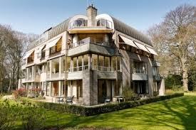 Het in 1987 gebouwde appartementencomplex Dennenheuvel, Herenweg 8.