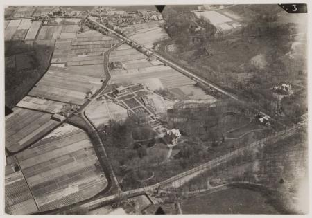 Luchtfoto uit 1925 van Dennenheuvel aan de Herenweg, tussen Kadijk en Prinsenlaan. (Noord-Hollands Archief)
