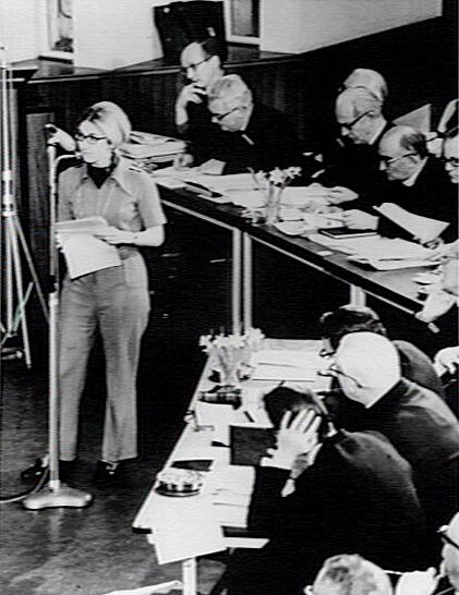 Mej.I.Meester aan het woord tijdens een zitting van het Pastoraal Concilie in Noordwijkerhout, 1969. Herman Divendal helemaal links achter de tafel. (Katholiek Documentatie Centrum)