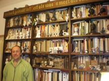 Frank Divendal uit Alkmaar beschikt over de grootste verzameling boekenleggers wereldwijd. Hier gefotografeerd voor zijn speciale bladwijzers-kast