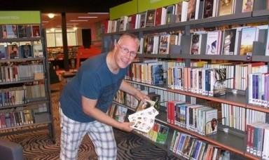 Auteur Martin Scherstra verstopt boekenleggers voor Valentijnsdag in de openbare bibliotheek van Dokkum