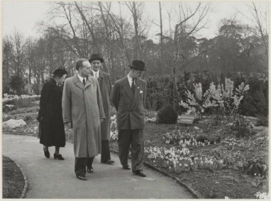 Dr.Willem Drees en zijn echtgenote tijdens hun bezoek aan de Flora in Heemstede van 1953