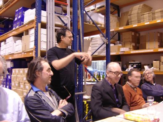 Joost Veerkamp (staand) en rechts van hem Joost Swarte in drukkerij LenoirSchuring te Amstelveen (2007)