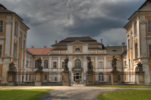 Vooraanzicht van het monumentale kasteel van Dux, Duchkov, Tsjechië
