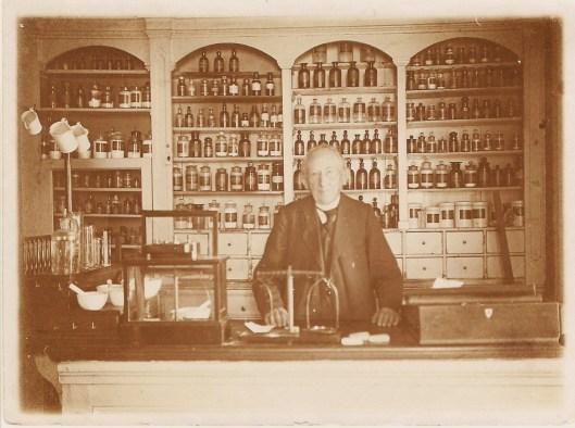 Jan Ebbers (1842-1922) in zijn winkel-apotheek [foto in bezit van Carla Oldenburger]