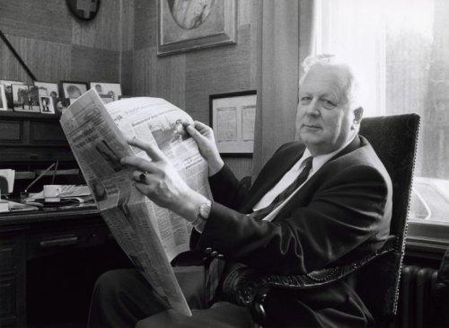 E.H.van Eeghen de krant lezende (Spaarnestad Fotoarchief)