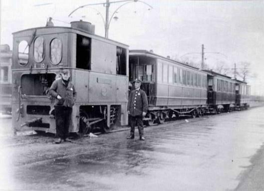Eindpunt van de stoomtram van Leiden naar Heemstede op de Glipperweg nabij de Sportparklaan omstreeks 1927