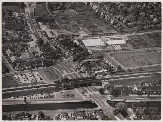 Luchtfoto uit circa 1957 met gebied rond station Heemstede-Aerdenhout en de Vogelwijk [vh. kassen Empelen & Van Dijk].