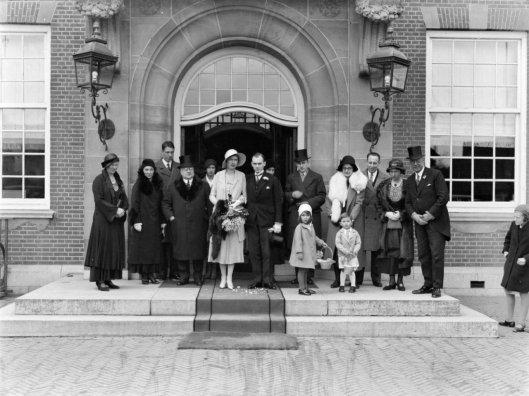 In de loop van de jaren zijn honderden zo niet duizenden paren getrouwd in het raadhuis van Heemstede. Op deze foto het huwelijk van André Quirin de Flines en Totia Langen, hier met de familie op het bordes van het raadhuis, 10 maart 1932. A.Q.de Flines was van 1932 tot 1959 directeur van de destijds bekende firma Blikman en Sartorius.