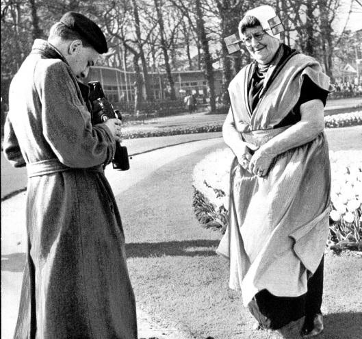 Foto van Flora 1953 Heemstede met fotograaf en vrouw in klederdracht (Ruud van der Molen)