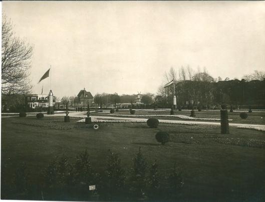 FLORA 1925, een gezicht vanaf het terrein met op de achtergrond o.a. het hoekhuis Molenlaan en het siermolentje van Groenendaal.