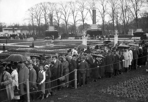 Mensen in de rij voor de Flora-tentoonstelling, 21 april 1935