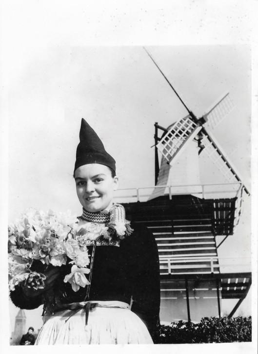 Bloemenmeisje in Volendamse kledij tijdens de Flora Heemstede van 1953 (Ruud van de Molen)