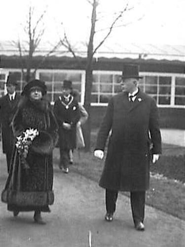 Koningin Wilhelmina en prins Hendrik bezoeken de Flora tentoonstelling van 1925 in Heemstede