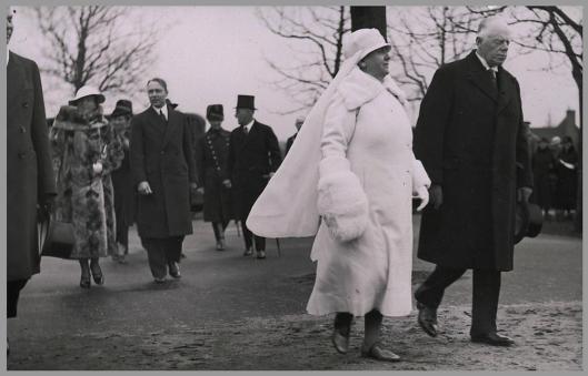 Koningin Wilhelmina in het wit, begeleid door de heer E.H.Krelage en achter hen prinses Juliana en de heer Th.M.P.van Waveren, van het uitvoerend comité