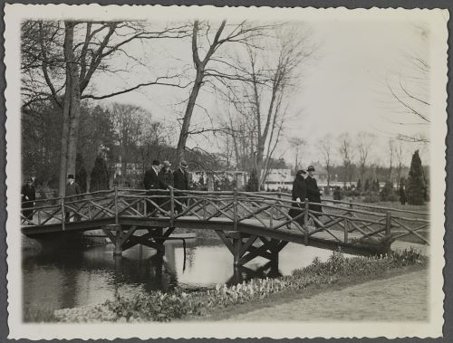 Wilhelm wandelend over het Chinese boomstammenbruggetje van Groenendaal