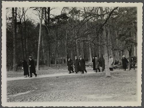 Wilhelm lopend in Groenendaal met o.a. zijn gids voor die dag A.C.van der Schoot en gastvrouw Catalina von Pannwitz (foto Huis Doorn)